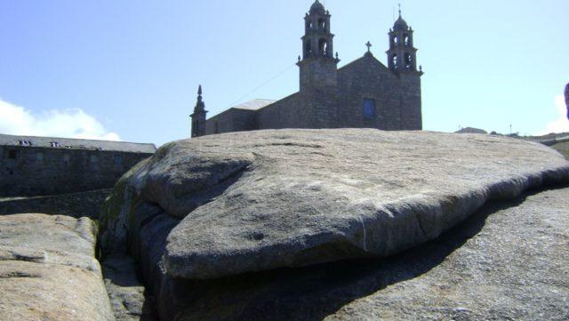 En la carretera hacia Coruña por la costa, jalonada de puertos pesqueros, escondidas playas y grandes acantilados, encontraremos Muxía. Allí, frente al mar, se erige su barroco santuario de la […]