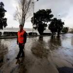 El temporal obliga a cortar el paseo mar� timo al tráfico en La Coruña