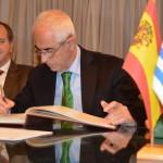 El Dir.geral. de Migraciones, Aurelio Miras Portugal, y  el Pte. del Consejo General de la Ciudadan� a en Exterior, Eduardo Dizy Sánchez en Montevideo